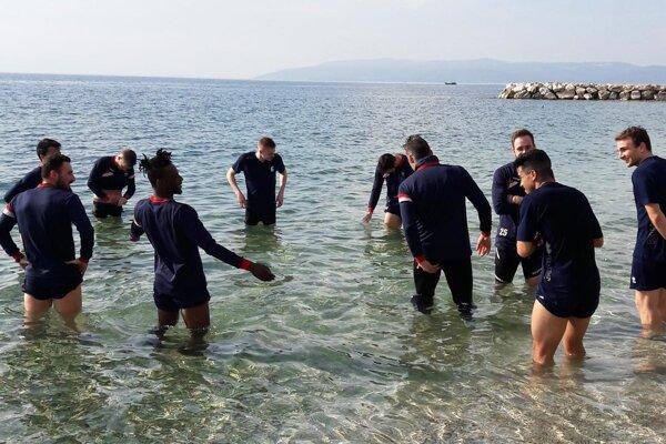 Studený Jadran (voda mala teplotu do 10 °C) poslúžil po každom tréningu na dvojminútové zachladenie nôh. Ako jediný si išiel zaplávať Peter Orávik, ale iba raz...