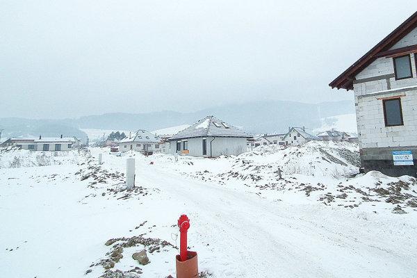 Novostavby pri hlavnej ceste na konci dediny pribúdajú skutočne ako huby po daždi.