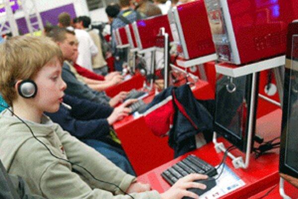Pri počítačových hrách niektoré deti neraz presedia celé prázdniny.