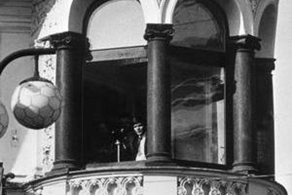 ŠtB sleduje demonštrantov v Prahe v októbri 1989.