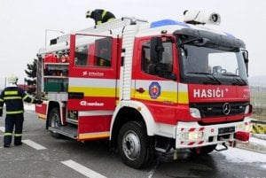 Komárňanskí hasiči zasahovali pri požiari v trojpodlažnej bytovke na Hradnej ulici v Komárne. (ilustračná snímka)