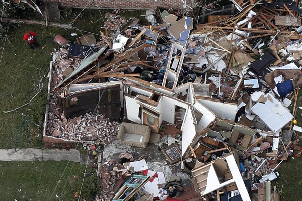 Trosky domu, cez ktorý sa prehnalo tornádo.