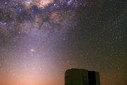 Farebný stred Mliečnej dráhy a zodiakálne svetlo nad teleskopom VLT.