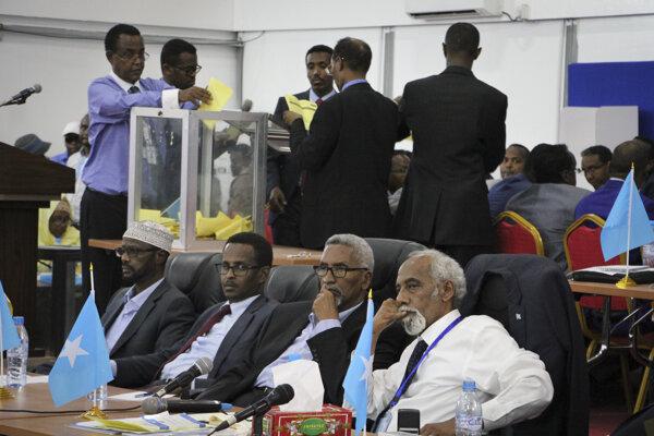Somálski poslanci pri hlasovaní.