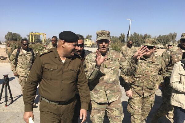 Americký generál Townsend pri rozhovore s irackým kolegom.