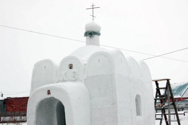 Na stavbu spotreboval celkovo 12 kubických metrov snehu.