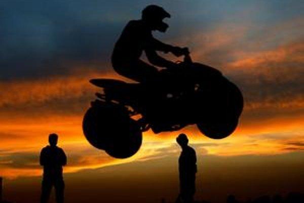 Hitom posledných rokov sú štvorkolky, ktoré inzerujú na motoristických stránkach ako správny adrenalín.