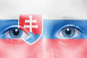 Biela, modrá, červená. Biely dvojkríž na modrom trojvrší. Oficiálny znak Slovenska.