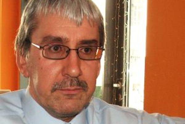 Narodil sa v roku 1964 v Senici. Vyštudoval Filozofickú fakultu UK v Bratislave, odbor filozofia a politická ekonómia. Po revolúcii si doplnil ekonomické vzdelanie v USA a Austrálii. Pôsobil ako výskumný pracovník na Ekonomickom ústave Slovenskej akadémie