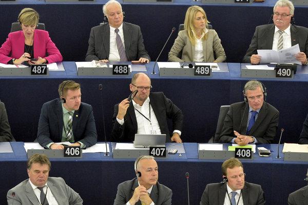 1. júl 2014, Štrasburg. Novozvolení poslanci Európskeho parlamentu na svojom prvom zasadaní. V europoslaneckých laviciach sa po prvýkrát zobjavili aj známe tváre slovenskej politickej scény. Na snímke europoslanec Richard Sulík (v strednom rade uprostred) počúva prejav novozvoleného predsedu Martina Schulza.
