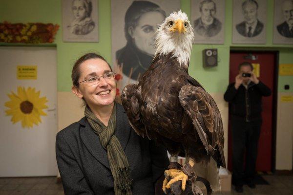 Brazílska veľvyslankyňa Susanne Kleebank bola zo sokoliarskej školy nadšená.