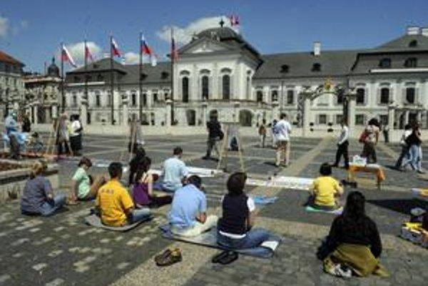 Prívrženci v Číne potláčaného hnutia Falun Gong sa včera pred Prezidentský palác dostali. Dnes sa im to zrejme nepodarí.