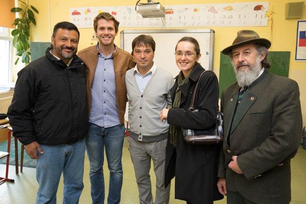 Riaditeľ školy Pavel Michal (v strede), brazílska veľvyslankyňa, riaditeľ múzea v Svätom Antone Marián Číž a lektori angličtiny.