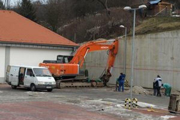 Múr pri Lidli sa stále viac nakláňa nad parkovisko.
