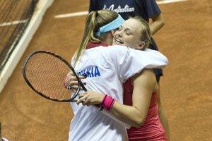 Daniela Hantuchová sa raduje s Rebeccou Šramkovou.