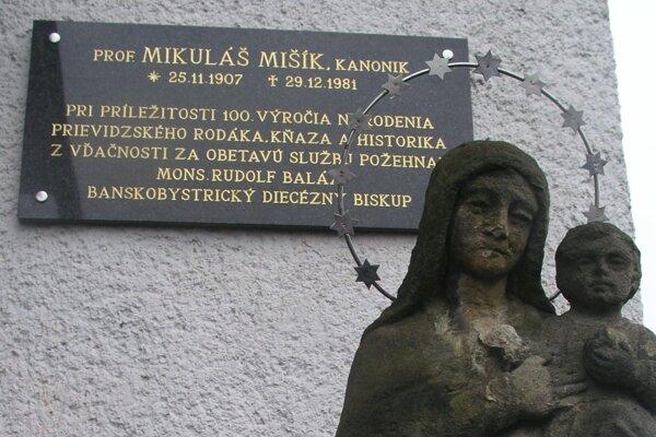 Od roku 2007 má Mikuláš Mišík na budove Farského úradu v Prievidzi pamätnú tabuľu.