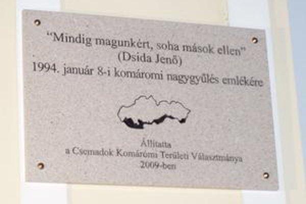 Novoodhalená tabuľa na sídle Csemadoku v Komárne s mapou maďarskej autonómie na Slovensku.
