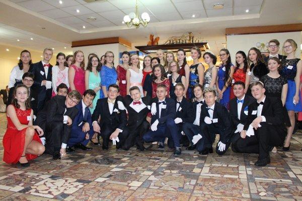 Účastníci takmer polročného kurzu spoločenských tancov.