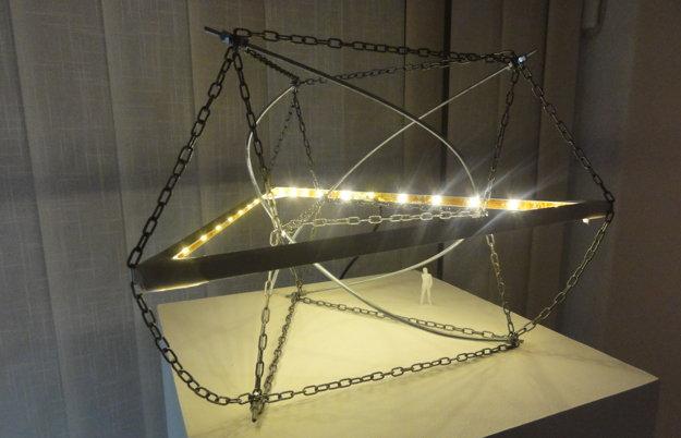 Model konštrukcie môže slúžiť ako stolová lampa.
