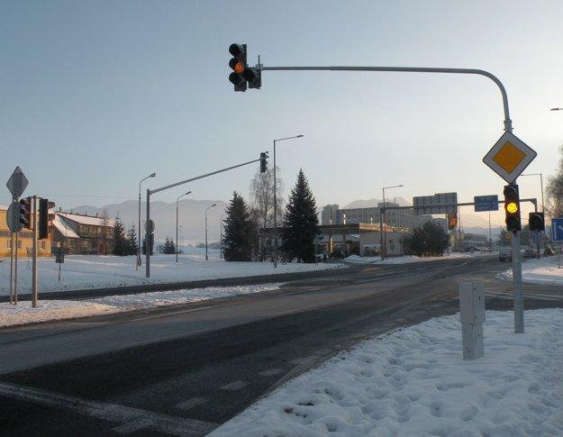 Novú svetelnú križovatku prevádzkovateľ zatiaľ nespustil, pretože autá chodia k obchodnému centru viac z Poľnej ulice a z ulice Za dráhou. Ak začnú využívať častejšie vstup z Bystrickej cesty, semafory spustia.