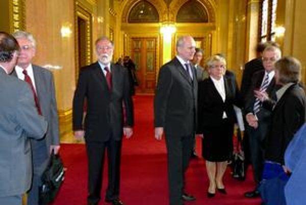 Delegácia výboru pre ľudské práva Národnej rady SR odmietla rokovať s maďarskou stranou a po 45-minútovom čakaní na chodbe opustila budovu parlamentu.