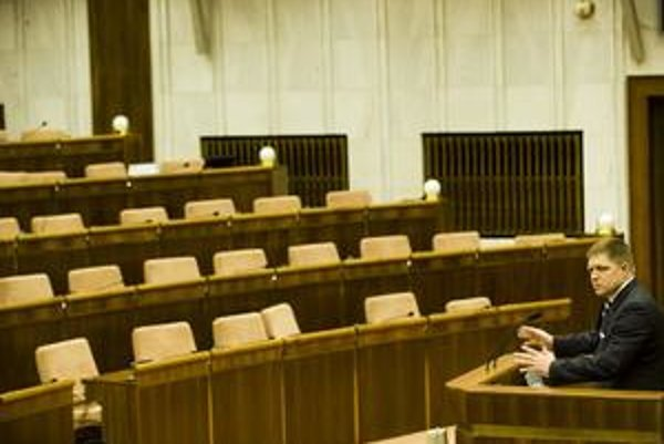 Roberta Fica včera na hodine otázok v parlamente počúvali lenkoaliční poslanci. Opozíciatamnebola.