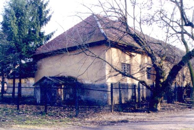 V tomto dome v Želiezovciach prežil Eduard Sacher prvé roky svojho života.