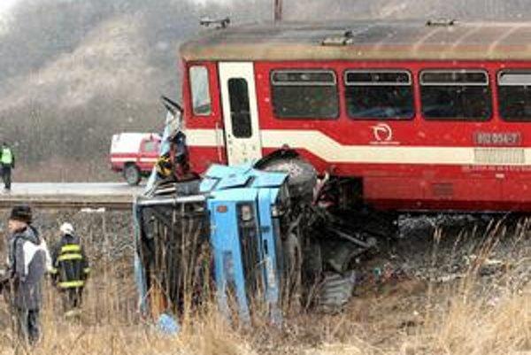 Autobus zostal stáť na nechránenom železničnom priecestí a rušňovodič už nedokázal zabrzdiť. Na mieste skonalo 12 ľudí. Prvých zranených zachraňovali najbližší svedkovia nehody. Prvá záchranka prišla o dvadsať minút. Po nej ďalšie, aj helikoptéra.