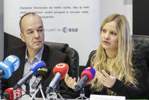 Dekan Fakulty elektrotechniky a informatiky Slovenskej technickej univerzity v Bratislave Miloš Oravec a predsedkyňa Slovak Organization for Space Activities a veliteľka misie na Mars Michaela Musilová.