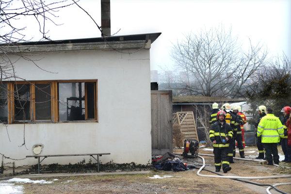 Zasahovalo trinásť hasičov. Požiar sa podarilo rýchlo uhasiť.