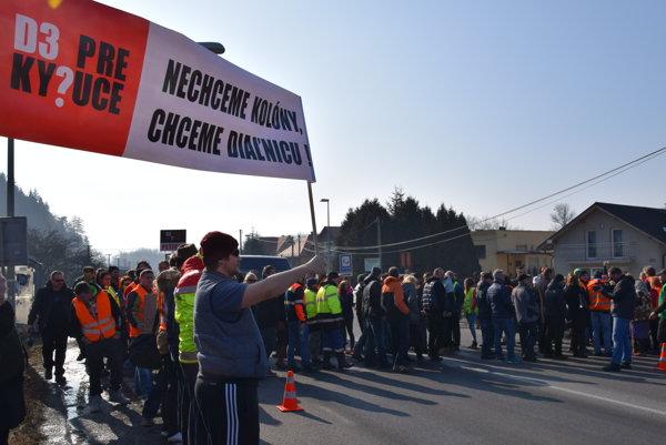 V Budatínskej Lehote zastavili dopravu na hodinu.