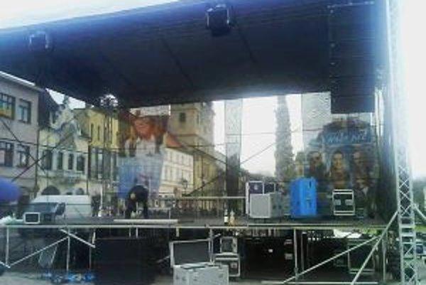 Pódium, kde sa dnes odohrá kampaňový koncert pre Ivetu Radičovú.
