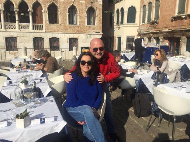 Romantika v Benátkach. Michal David je ženatý viac ako tridsať rokov. S manželkou Marcelou majú krásny vzťah a spevák sa netají tým, že sa jej snaží robiť prekvapenia. Jedno si pripravil aj na Valentína. Svoju lásku vzal na romantický výlet do Benátok.