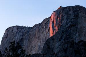 V Kalifornii sa opäť rozžiaril ohnivý vodopád