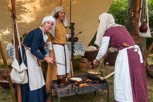 Poľná kuchyňa a jej stredoveké kuchárky.