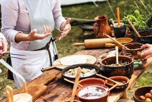 Silvia pri predvádzaní kaší a pokrmov na festivale.