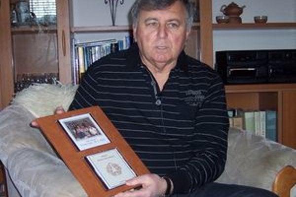 Z knihy, obrazov, skladačky a CD nosiča zostavil Peter Fábik rodokmeň svojho rodu.