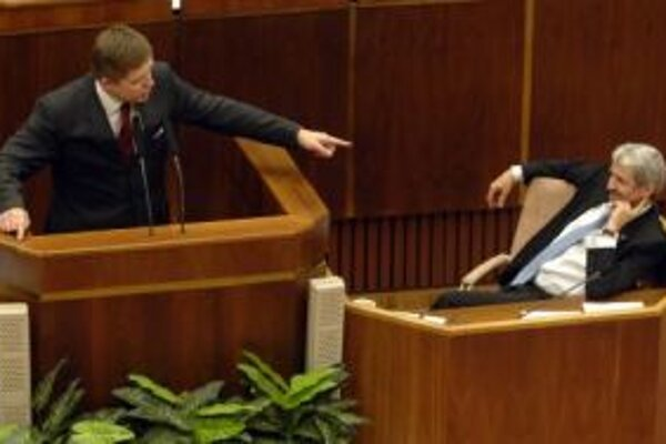 Robert Fico v konfrontácii s Mikulášom Dzurindom v parlamente.