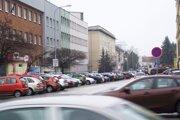 Damborského ulica. Sídli tu prokuratúra aj daňový úrad, oproti je súd. Veľa parkovacích miest blokujú štátni zamestnanci.