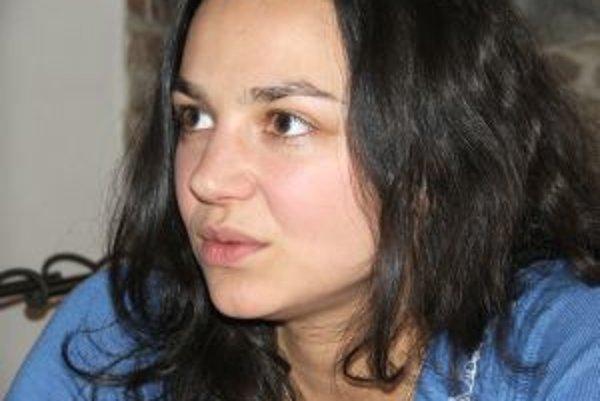 Narodila sa 16. 12. 1975. Vyštudovala Pedagogickú fakultu Univerzity Karlovej (francúzština a občianska výchova). Absolvovala dva dlhodobé študijné pobyty vo Francúzsku, kde sa okrem iného zaoberala ekologickou výchovou. Založila Pro-bio ligu, pobočku Zvä