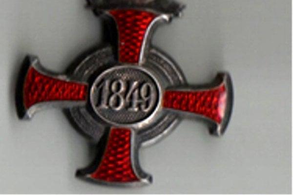 """Strieborný záslužný kríž. Číslo """"1849"""" predstavuje rok založenia vyznamenania."""
