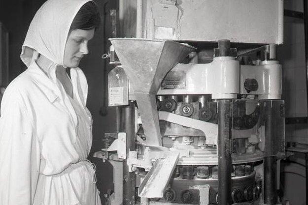 Oľga Šebestová pri obsluhe rotačného tabletovacieho stroja.