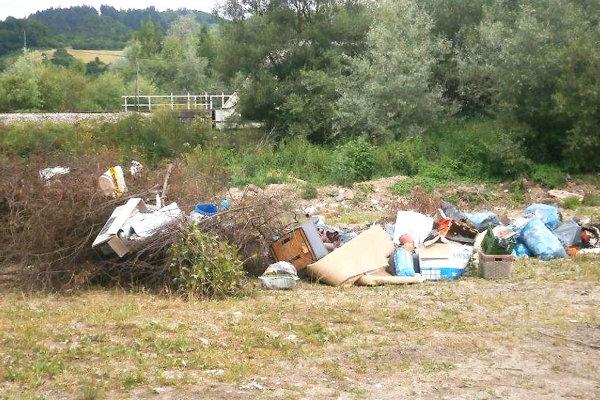 Na nelegálnom smetisku vSedliackej Dubovej je približne 35 ton odpadu.