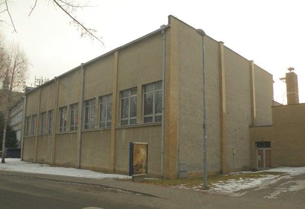 Škola získala vlastnú telocvičňu po štvrťstoročí existencie. Celú dobu bola k nej doslova prilepená, ale patrila mestu.