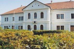 Budova Prvého slovenského gymnázia v Revúcej.