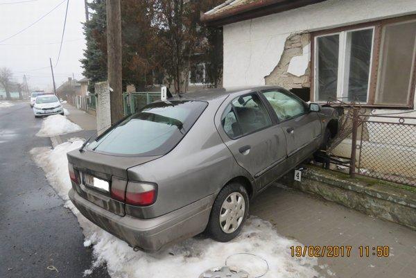 Auto narazilo do domu.