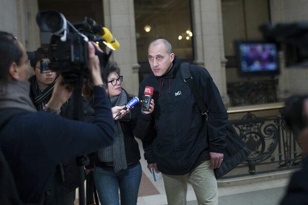 Jeden z podozrivých Vjeran Tomic prichádza na súd.
