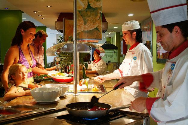 Pri výbere dovolenky je dobré vopred vedieť, koľko stojí v danej destinácii stravovanie mimo hotela.