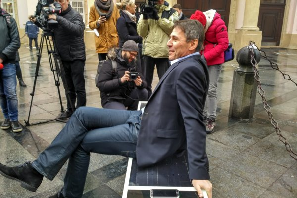 Primátor Bratislavy Ivo Nesrovnal testuje sedenie na inteligentnej lavičke.