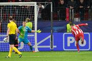 Fernando Torres (vpravo) strieľa štvrtý gól Atlética Madrid do siete Bayeru Leverkusen.